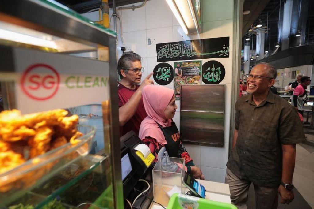 Encik Masagos Zulkifli (kanan) melawat gerai makan yang mempunyai pelekat SG Clean di Our Tampines Hub ketika pelancaran kempen SG Clean pada 16 Februari 2020. FOTO: JASON QUAH
