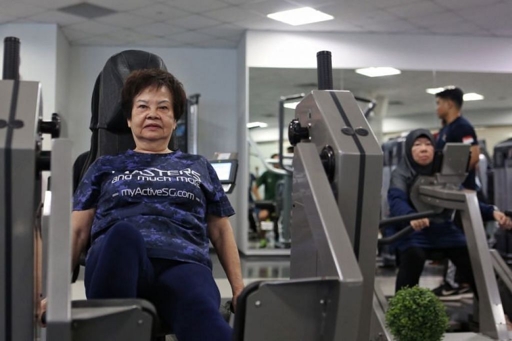 Warga emas menggunakan gimnasium di Pusat Sukan ActiveSG di Heartbeat@Bedok. FOTO: JOEL CHAN