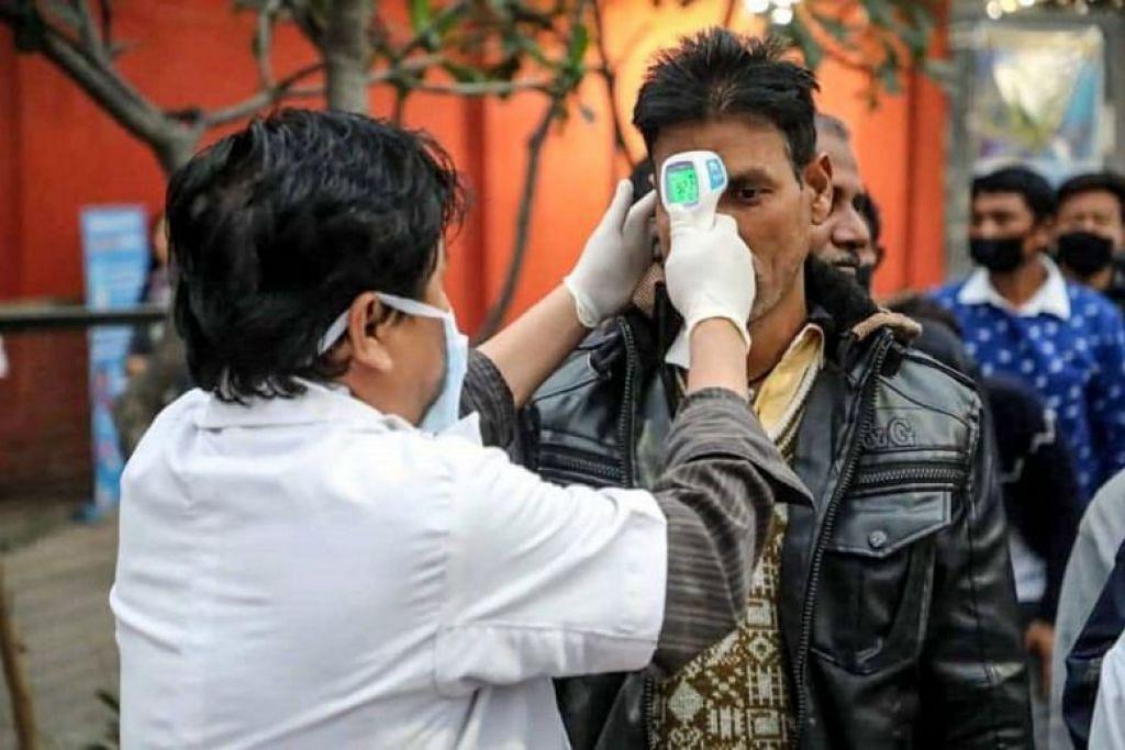 Pegawai kesihatan mengambil suhu badan di sempadan India-Bhutan. FOTO: FACEBOOK/ PEJABAT PERDANA MENTERI BHUTAN