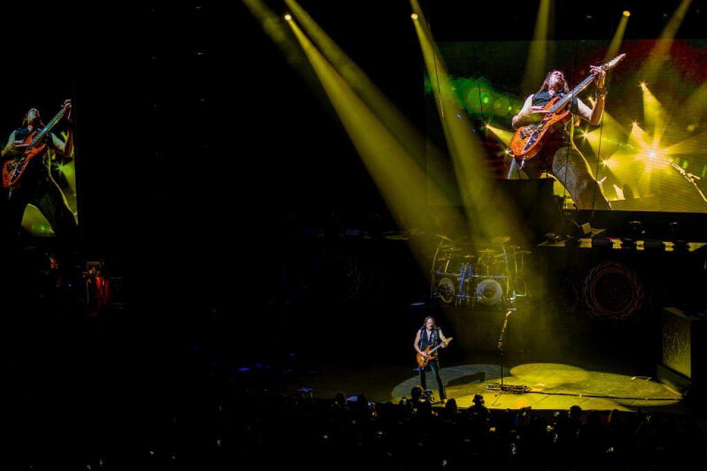 WHITESNAKE: Memukau dengan irama petikan gitar 'garing' disajikan membuat penonton terpukau.