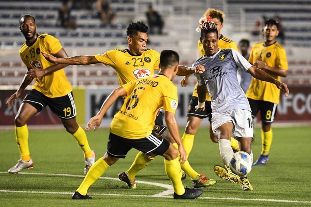 SASAR KEMENANGAN: Pemain Tampines Rovers Jordan Webb (kanan) beraksi dalam perlawanan menentang Kaya FC-Ilo Ilo pada 26 Februari lalu. – Foto TAMPINES ROVERS FOOTBALL CLUB FACEBOOK