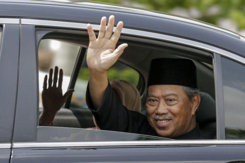 Perdana Menteri baru Malaysia, Tan Sri Muhyiddin Yassin melambai selepas majlis perlantikannya pada 1 Mac lalu.