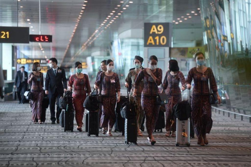 Anak kapal SIA memakai pelitup setibanya mereka di Terminal 3 Lapangan Terbang Changi pada 14 Februari lalu.