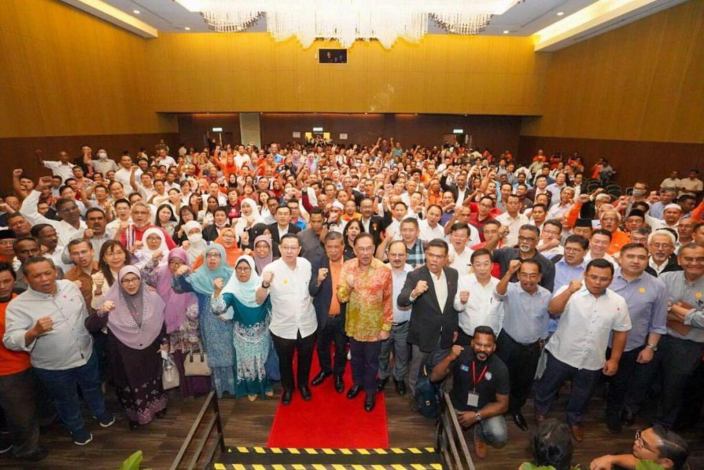 BERSAMA PIMPINAN PAKATAN HARAPAN: Datuk Anwar Ibrahim bersama anggota PH lain dalam satu rapat umum pada Isnin 9 Mac 2020.