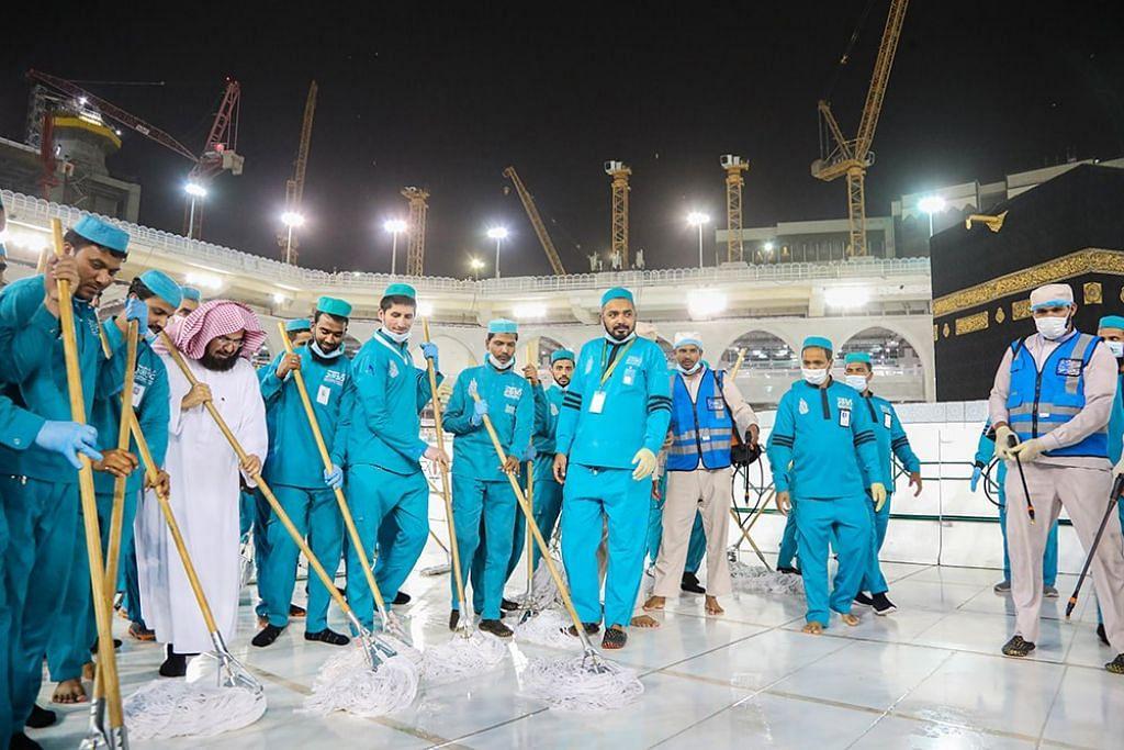 Presiden Ehwal Masjidil Haram dan Masjid Nabawi Sheikh DrAbdurrahman Al-Sudais, memeriksa dan menyertai kerja pembersihan mataf atau kawasan tawaf di Masjidjil Haramselepas solat Isyak.