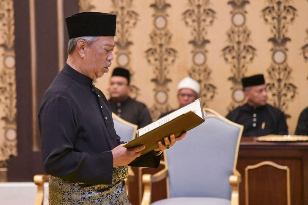ANGKAT SUMPAH: Tan Sri Muhyiddin Yassin sebelum ini mengangkat sumpah sebagai Perdana Menteri di Istana Negara pada 1 Mac 2020.