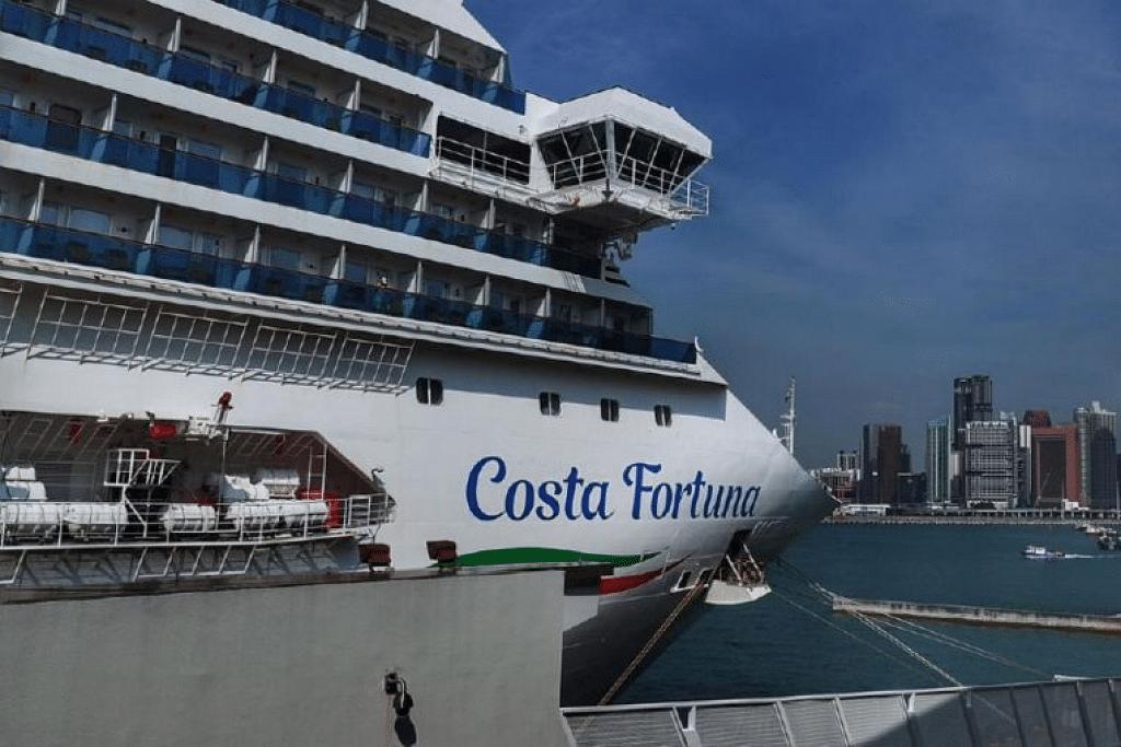 BERLABUH DI SINGAPURA: Kapal persiaran Costa Fortuna berlabuh di Singapura pada Selasa (10 Mac). - Foto BH oleh KELVIN CHNG