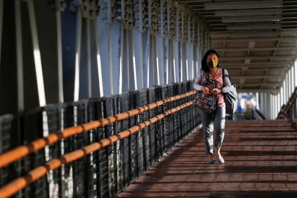 Seorang wanita menggunakan pelitup di Jakarta, Indonesia. - Foto REUTERS