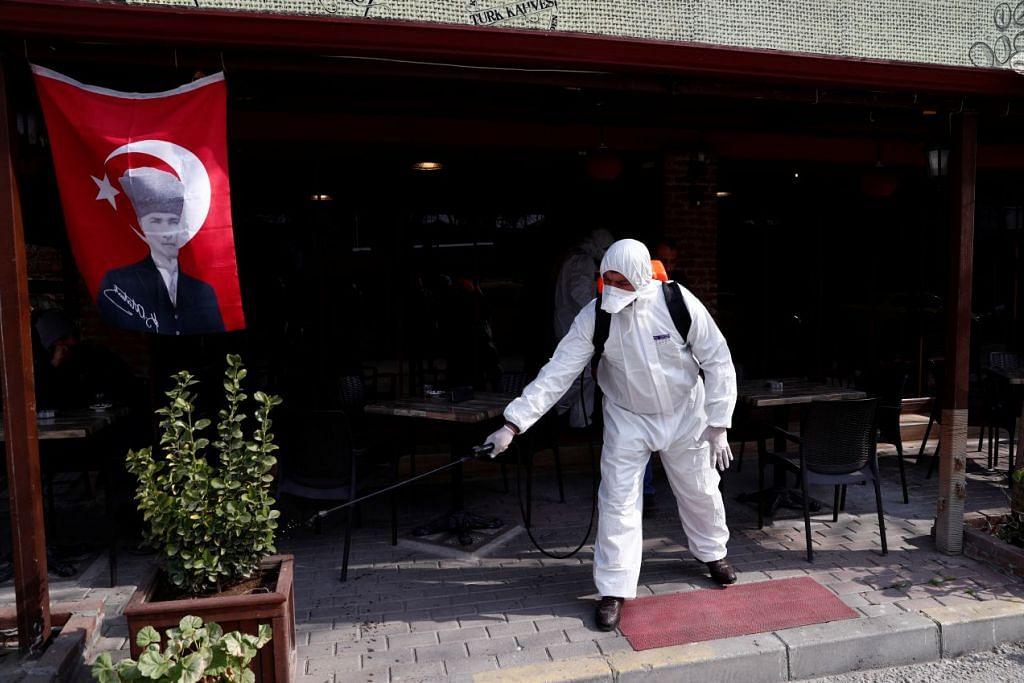KES PERTAMA DI TURKEY: Seorang pekerja kesihatan menjalankan kerja pembasmian kuman di satu kedai kopi di Edirne, Turkey pada 10 Mac 2020. Foto: REUTERS.