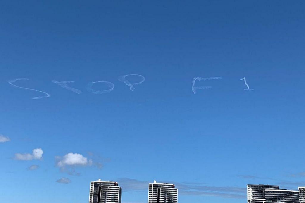 "KEPRIHATINAN BESAR: Tulisan ""STOP F1"" di langit Sydney sedang orang ramai di Australia semakin prihatin terhadap ancaman koronavirus jika perlumbaan F1 di Melbourne diteruskan. Foto: MIKE SEARLE/REUTERS"
