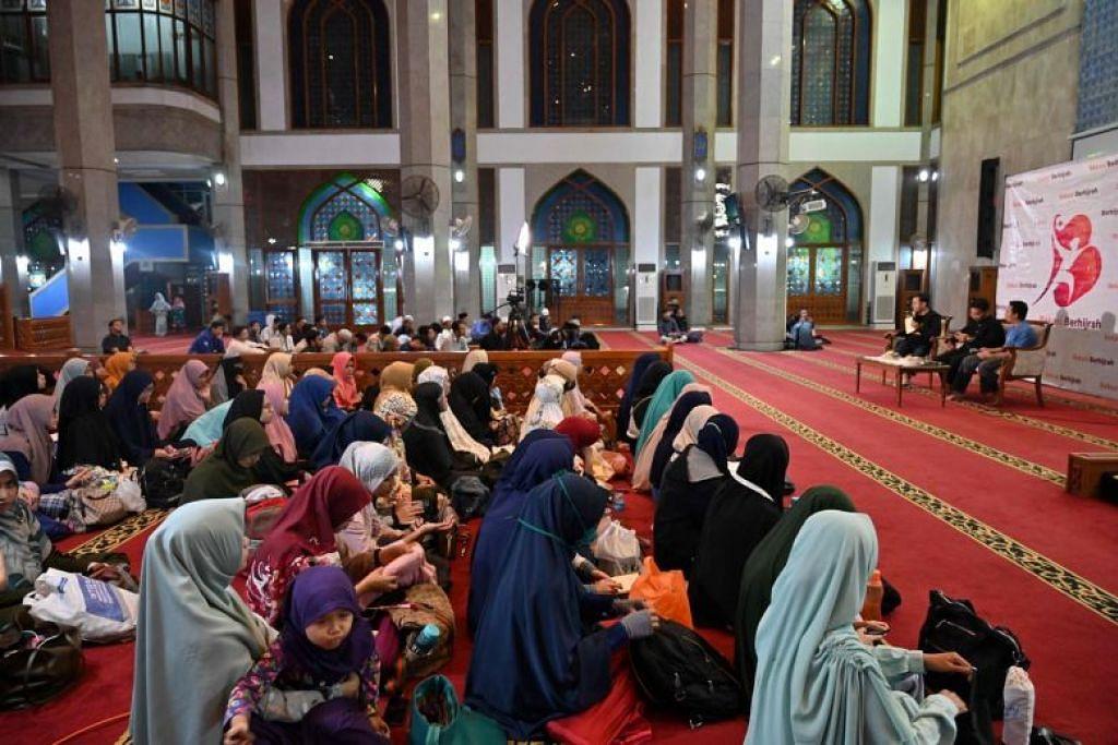 CINTA TANPA PACARAN: Jemaah menghadiri ceramah agama mengenai perkahwinan tanpa pacaran di Bekasi, Jakarta pada 1 Februari 2020.