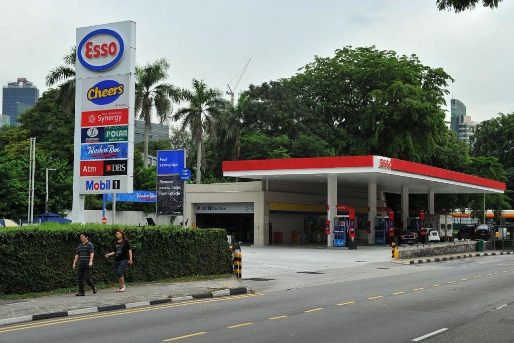 HARGA MINYAK TURUN: Harga minyak di semua stesen Esso adalah $2.14 per liter bagi 92-octane, $2.18 per liter bagi 95-octane, $2.58 per liter bagi 98 dan bagi diesel pula, harga jatuh kepada $1.83 per liter. - Foto: Fail.