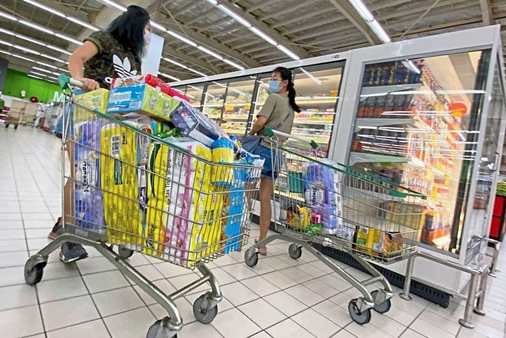 PEMBELIAN PANIK: Pelanggan dilihat sedang menolak troli yang dipenuhi barangan keperluan di sebuah pasar raya di Bayan Baru, Pulau Pinang. Foto: THE STAR/ASIA NEWS NETWORK.