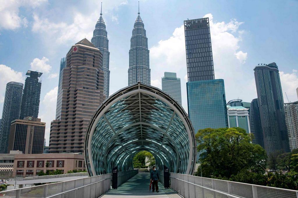 PERHIMPUNAN BESAR HARAP DITUNDA: Seorang lelaki dilihat memakai pelitup di Jambatan Saloma Link, Kuala Lumpur pada 12 Mac 2020. - AFP.