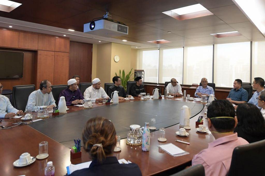 KUMPULAN KERJA MUIS: Dipengerusikan bersama (dari kiri) Dr Janil dan Encik Masagos Zulkifli, kumpulan kerja itu memberi bimbangan praktikal dan wajar dari sudut pandangan karyawan agama dan kesihatan bagi membendung penularan Covid-19. Encik Amrin turut menganggotai kumpulan kerja bersama Ketua Eksekutif Muis, Encik Esa Masood. (Gambar sisipan, atas) Ustaz Zahid Zin dan Dr Norhisham (bawah) antara karyawan yang menganggotai kumpulan kerja ini. – Foto-foto BH oleh ALPHONSUS CHERN