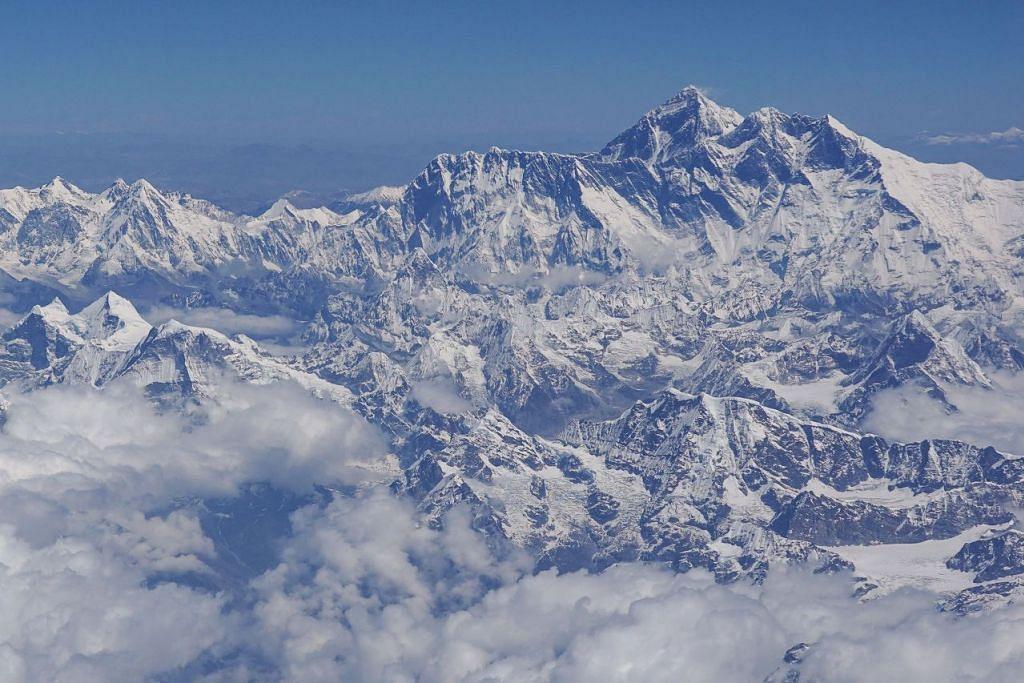 PERMIT DIGANTUNG: Setiap tahun, pemberian permit pendakian Everest kepada pelancong menyumbang beberapa juta dolar kepada Nepal. - Foto AFP
