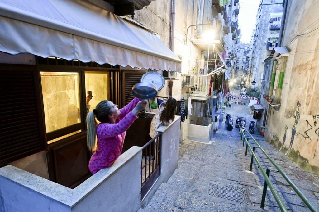 CEKAL HATI: Penduduk di Quartieri Signoli di Italy bernyanyi dengan jiran tetangga - satu cara mereka kekal ceria dalam keadaan yang cemas selepas pihak berkuasa negara itu menutup Italy daripada dunia.