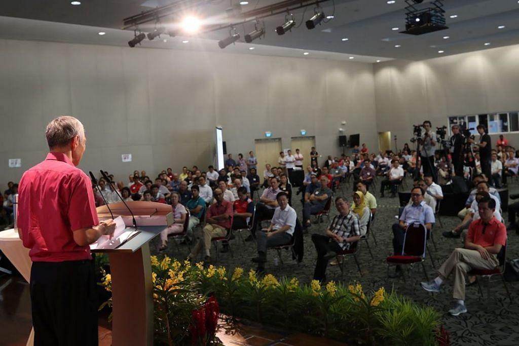 USAHA BERSAMA: Encik Lee bercakap kepada pemimpin akar umbi di satu dialog tentang Covid-19 dan cabaran bagi Singapura demi mengatasinya pada 14 Mac.