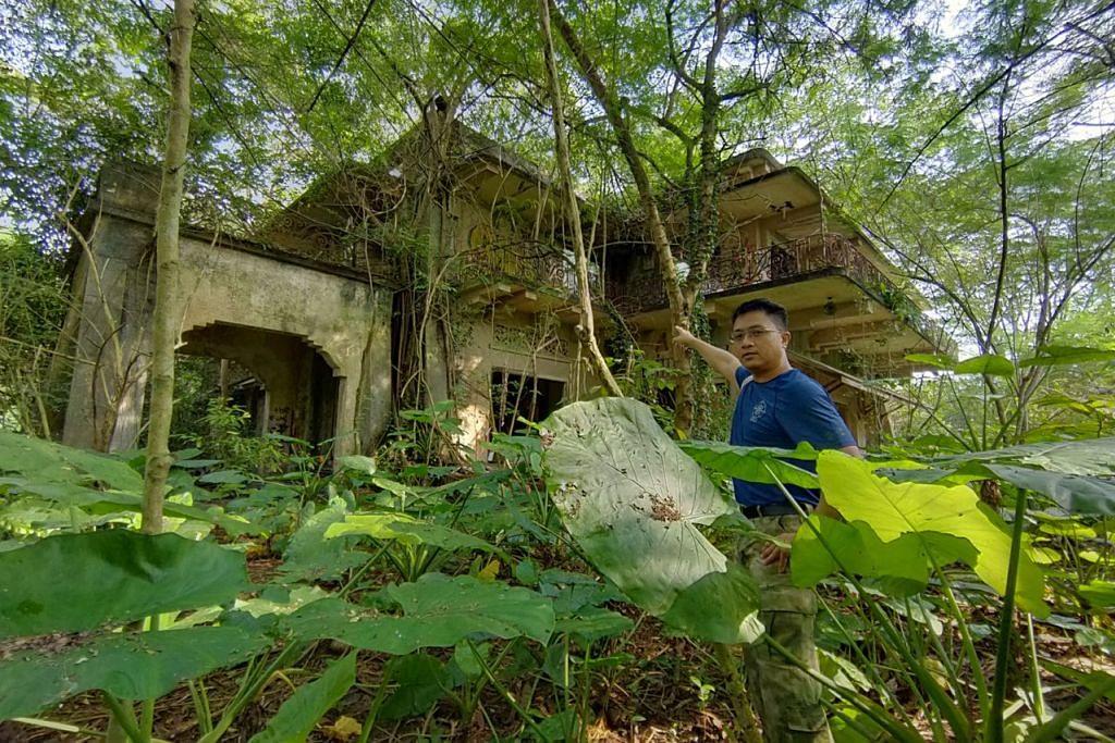 ISTANA WOODNEUK: Encik Sarafian Salleh menunjukkan Istana Woodneuk yang usang dan terbiar. Ia salah satu daripada dua istana lama yang dibina oleh keluarga diraja Melayu pada 1800-an yang masih berdiri hari ini. - Foto BH oleh ISMAIL ALI