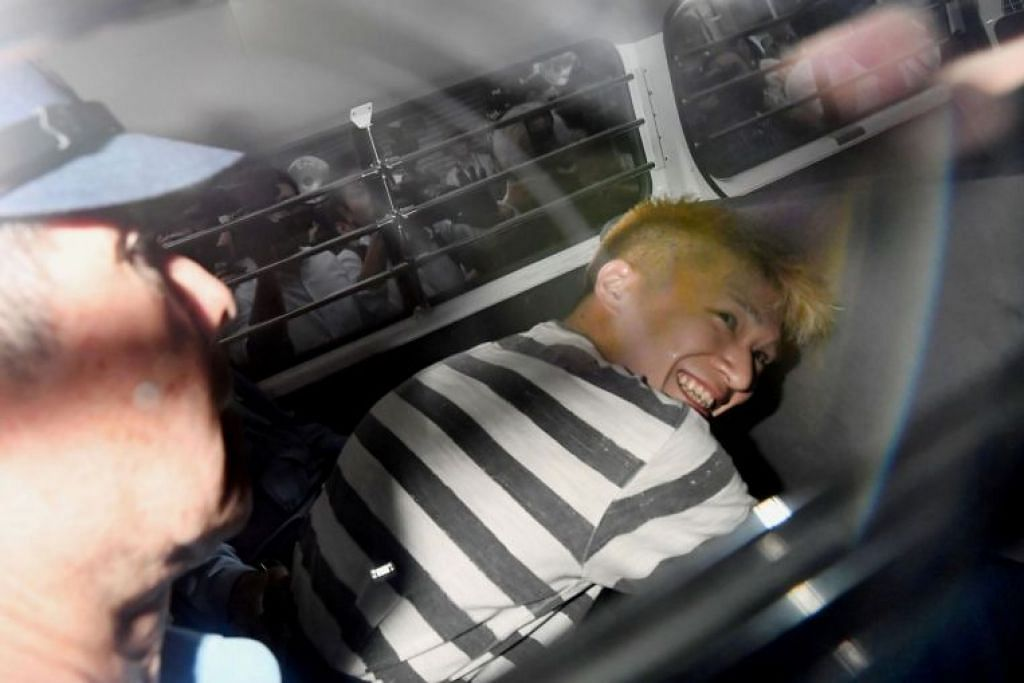 DIHUKUM MATI: Dalam gambar yang diambil pada 26 Julai 2016 ini, Satoshi Uematsu, yang disyaki terlibat dalam serangan di sebuah kemudahan bagi orang kurang upaya, dilihat dalam kereta polis untuk dibawa ke pendakwa raya.