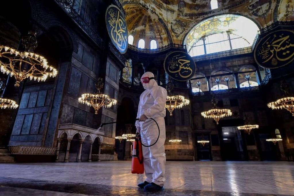 KORONAVIRUS DI TURKEY: Seorang pekerja memakai pakaian perlindungan menyahjangkit Hagia Sophia bagi mengelak penyebaran Covid-19 di Istanbul. Turkey kini mempunyai 18 kes koronavirus setelah negara itu melaporkan kes pertamanya minggu lalu.