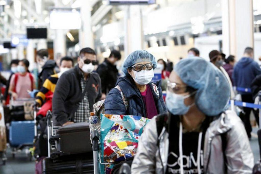COVID-19 DI CANADA: Orang ramai memakai pelitup dan gogal di Lapangan Terbang Antarabangasa Vancouver di Canada pada 16 Mac 2020.