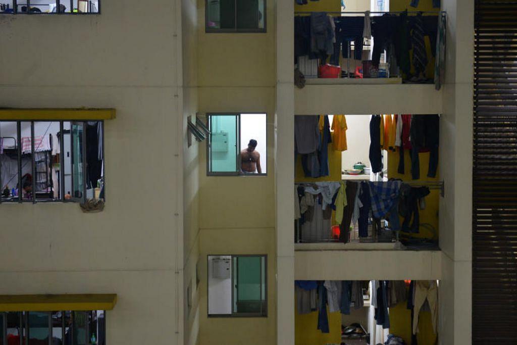 PEKERJA TERJEJAS: Dianggarkan lebih 100,000 rakyat Malaysia yang bekerja di Singapura tidak mempunyai penginapan di sini.