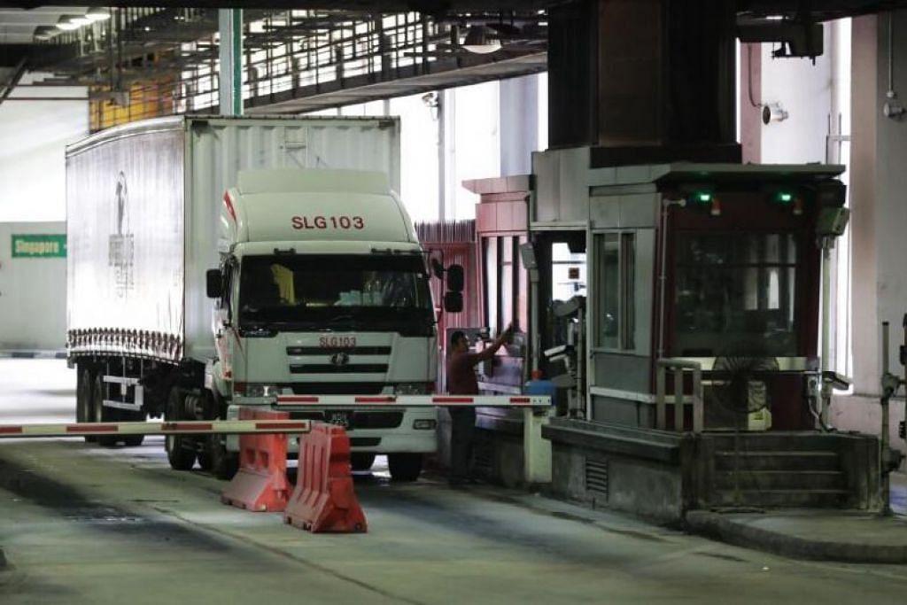 BOLEH MASUK SEPERTI BIASA: Trak penghantaran dari Malaysia memasuki Pusat Pelepasan Kargo Singapura di Pusat Pemeriksaan Woodlands pada 18 Mac 2020.