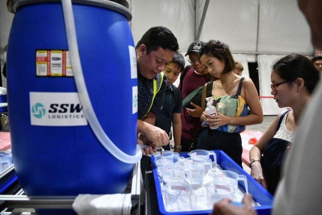BAWA BOTOL SENDIRI: Penduduk mesti membawa botol kitar semula bersih seperti botol syampu kosong, botol kaca, atau botol plastik lain untuk mendapatkan sanitiser percuma itu.