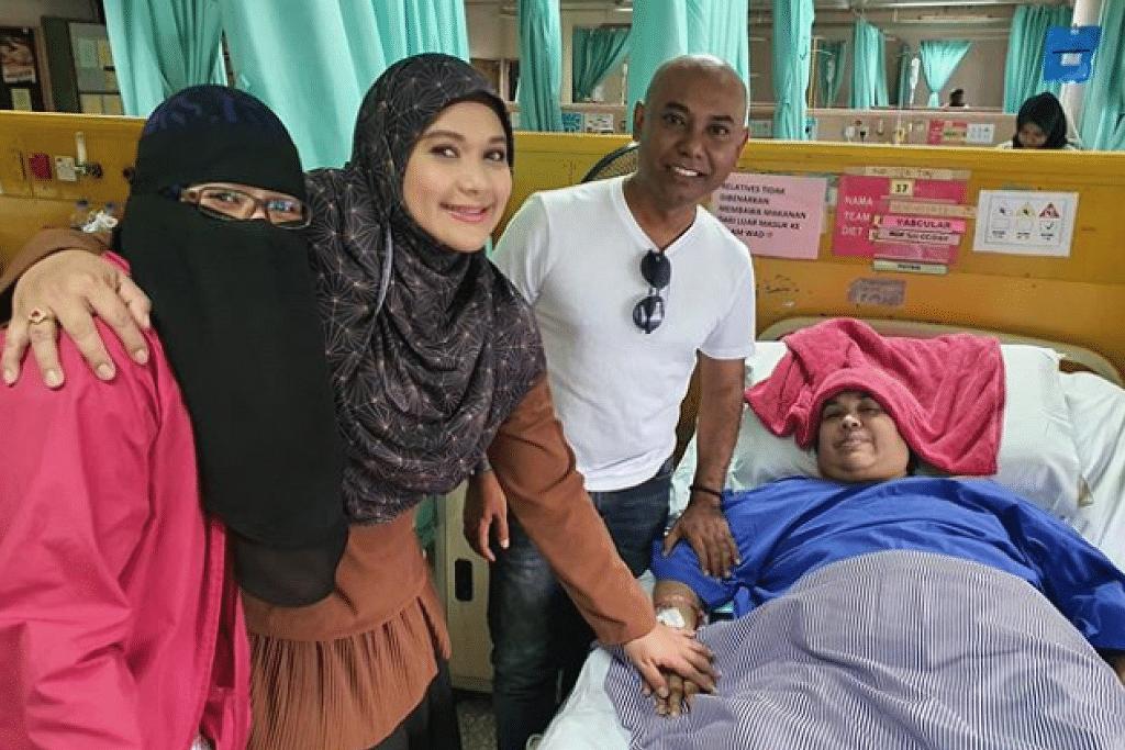 Serina (dua dari kiri) mengunjungi ibunya di hospital bulan lalu.
