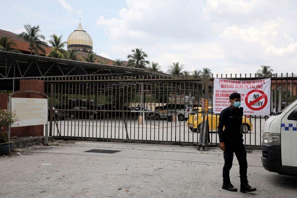 KELOMPOK JANGKITAN TERBESAR: Seramai 10,553 ahli jemaah tabligh yang hadir perhimpunan di Masjid Jamek Seri Petaling yang kini ditutup sudah diperiksa bagi jangkitan Covid-19. – Foto REUTERS