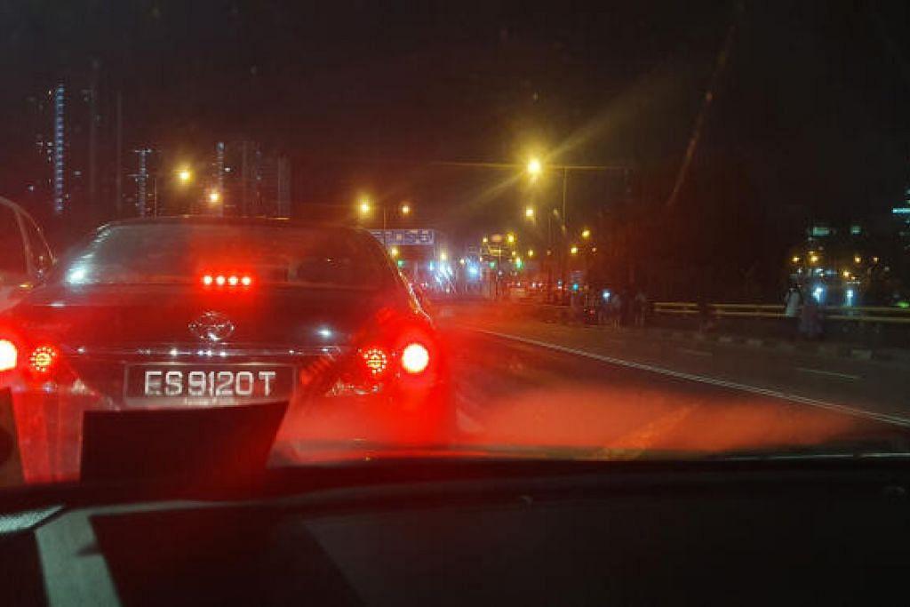 KESESAKAN DAHSYAT: Jam menunjukkan masa 11.54 malam ketika gambar ini dipetik. Setelah hampir sembilan jam bertarung dengan kesesakan dahsyat di Johor Bahru, penulis akhirnya dapat menatap bangunan Pusat Pemeriksaan Woodlands dari Koswe.