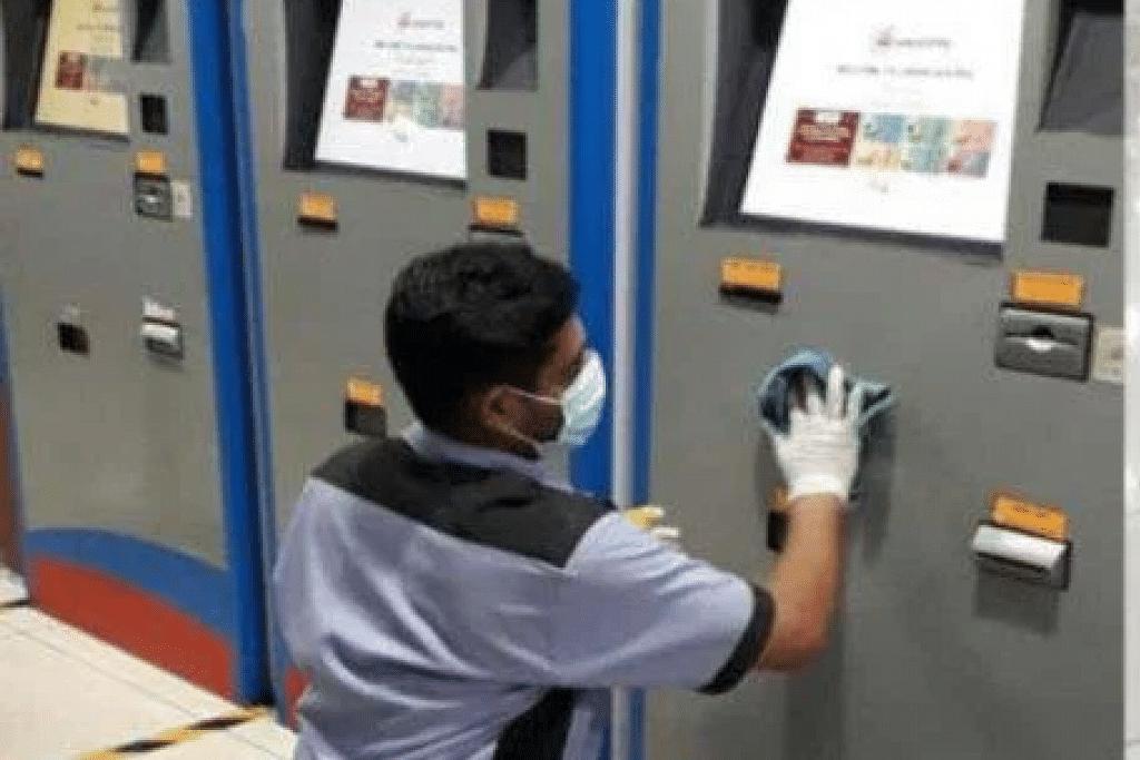 KERJA PEMBERSIHAN DIJALANKAN: Pengurusan Terminal Bas Larkin Sentral membersihkan kemudahan selepas seorang penumpang yang menaiki bas dari situ disyaki dijangkiti koronavirus.