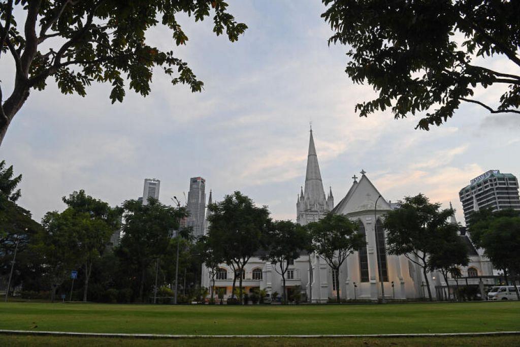 HENTI PERKHIDMATAN: Katedral St Andrew's di City Hall merupakan antara 27 kariah gereja di bawah Uskup Anglican Singapura. Seorang anggotanya diuji positif bagi Covid-19 baru-baru ini.