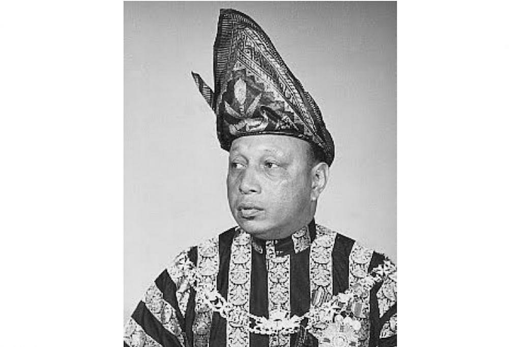SEKILAS KEHIDUPAN KERABAT DI RAJA SILAM DI SINI - SULTAN ABU BAKAR RI'AYATUDDIN AL-MU'AZZAM SHAH: Sultan Pahang ini pernah memiliki dua istana di Singapura iaitu di Bedok dan di Sime Road. Datuk beliau memiliki Istana Pahang di Pulau Tekong, manakala kerabat-kerabatnya memiliki istana di Kampung Bahru. Beliau dikatakan biasa dilihat penduduk di kawasan sekitar Bedok Corner ketika berada di sini.