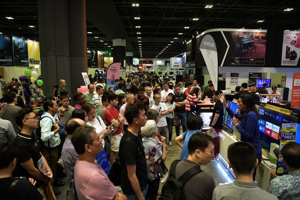 DITUNDA: Ramai pelanggan dilihat menghadiri IT Show di Pusat Konvensyen Suntec pada 15 Mac 2018. FOTO: FAIL.