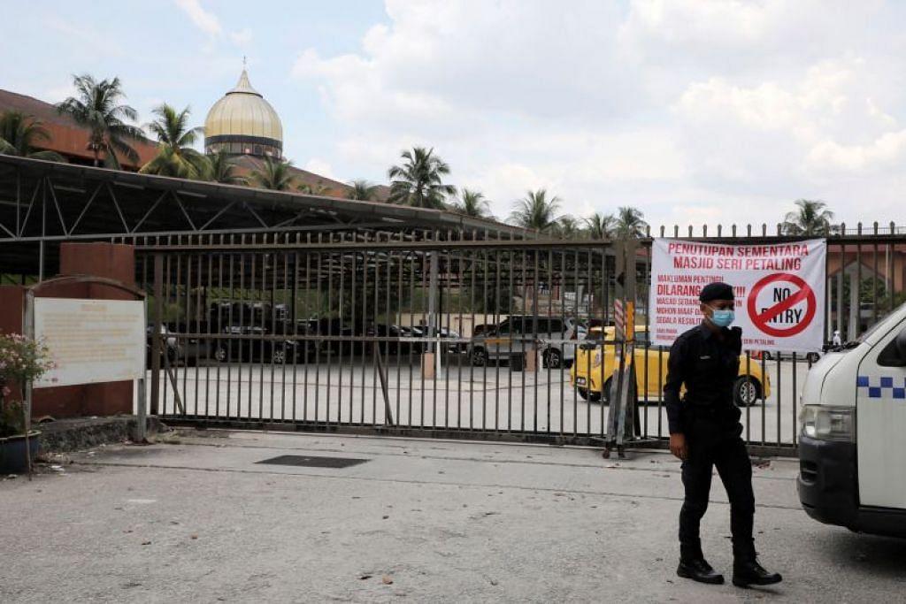 Seorang pegawai polis di luar Masjid Seri Petaling pada 18 Mac 2020.