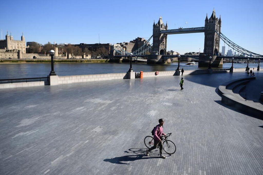 LENGANG: Kawasan City Hall dan Tower Bridge di London, Britain lengang pada 23 Mac 2020.