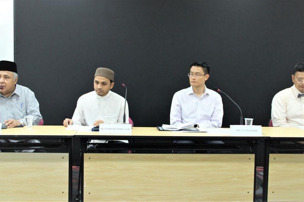 (dari kiri) Anggota Jawatankuasa Fatwa, Ustaz Ali Haji Mohamed; Mufti Dr Nazirudin Mohd Nasir; Ketua Eksekutif Muis, Encik Esa Masood; dan Dr Zuraimi Mohamed Dahlan memberi maklumat terkini tentang penutupan masjid seluruh Singapura dalam satu sidang media pada 24 Mac. - Foto Muis