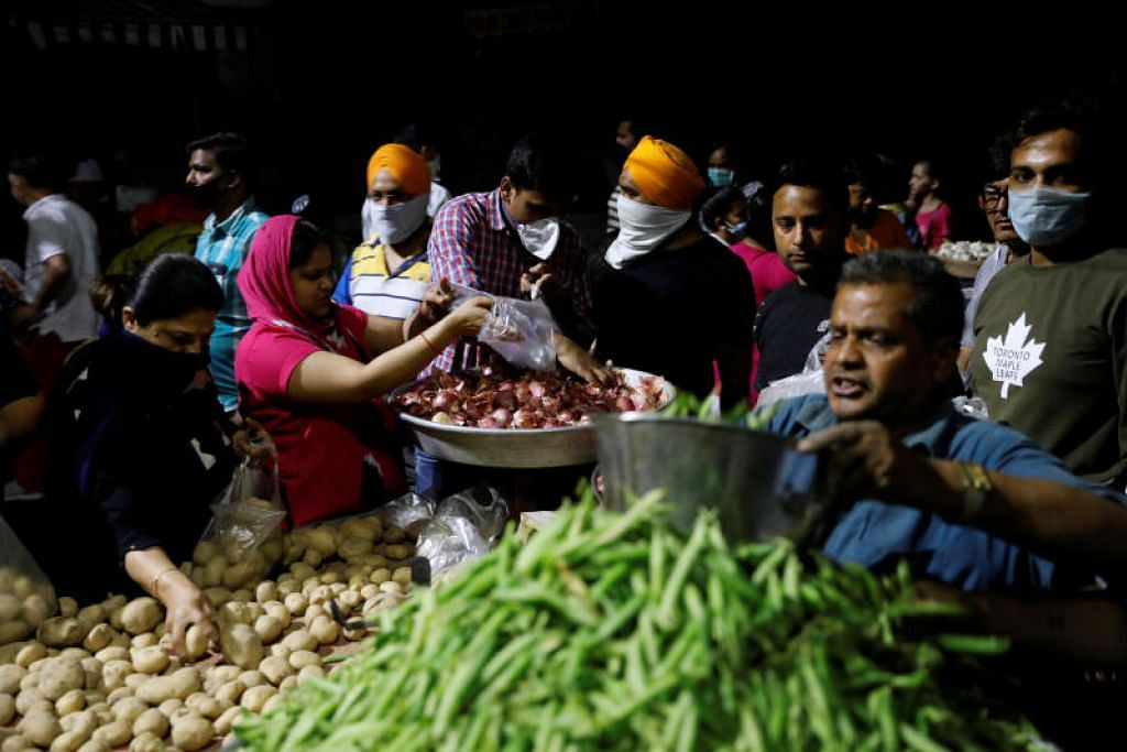 Penduduk India berpusu-pusu membeli sayur di pasar sejurus selepas Perdana Menteri Narendra Modi mengumumkan perintah berkurung bermula jam 12 tengah malam tadi.