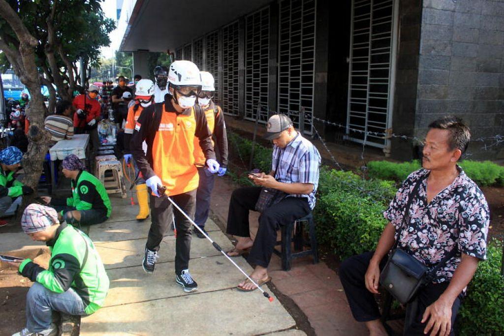 Penyahjangkitan kuman bagi membendung Covid-19 dilakukan pekerja di Jakarta sedang negara itu mengumumkan ia akan membatalkan peperiksaan di sekolah dan tidak menggalak orang pulang ke kampung bagi sambut Lebaran.
