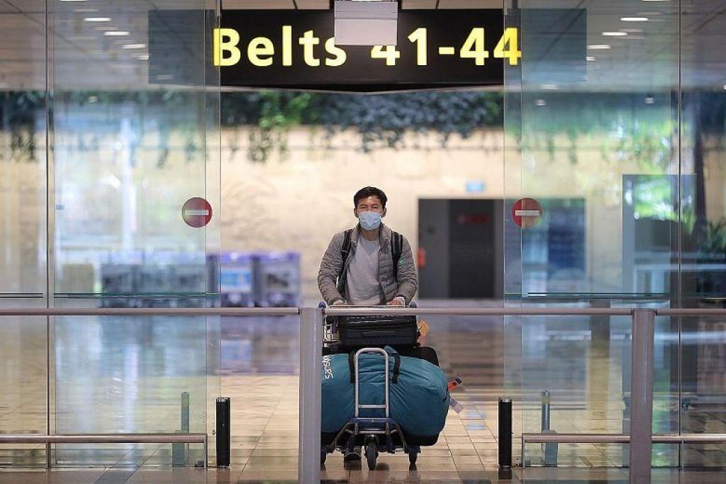 Penumpang baru sampai di Lapangan Terbang Changi semalam. Dari 141 pesakit Covid-19 berusia 20 hingga 29 tahun, 78 peratus atau 111 kes diimport dan kebanyakannya telah ke Britain. - Foto ST