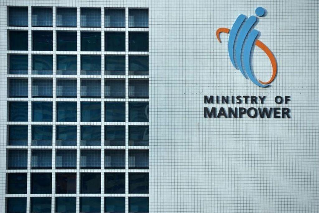 """Kementerian Tenaga Manusia (MOM) berkata syarikat itu perlu membuat """"pembetulan dengan serta-merta"""". - Foto FAIL"""