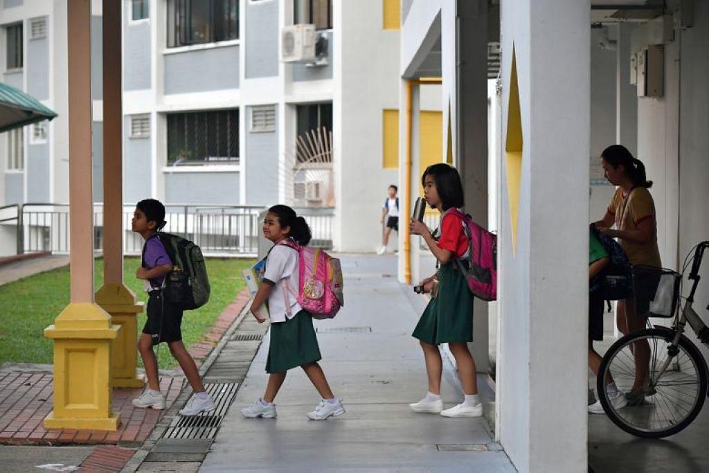 Pelajar Sekolah Rendah Zhenghua kembali ke sekolah pada 23 Mac lalu. - Foto BH oleh NG SOR LUAN