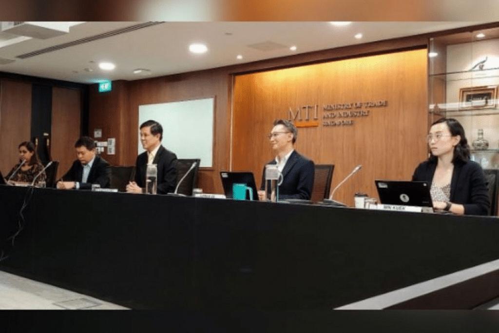 Menteri Perdagangan dan Perusahaan Chan Chun Sing (tengah) bersama pegawai Kementerian Perdagangan dan Perusahaan - (dari kiri) pengarah divisyen Asean Cik Alpana Roy, timbalan setiausaha perdagangan Encik Luke Goh, pengarah kanan divisyen Utara-timur Asia Encik Adrian Ng dan penolong pengarah kanan divisyen Asean Cik Min Kuek - semasa persidangan video bersama Menteri Perdagangan Korea Selatan Yoo Myung Hee. - Foto KEMENTERIAN PERDAGANGAN DAN PERUSAHAAN