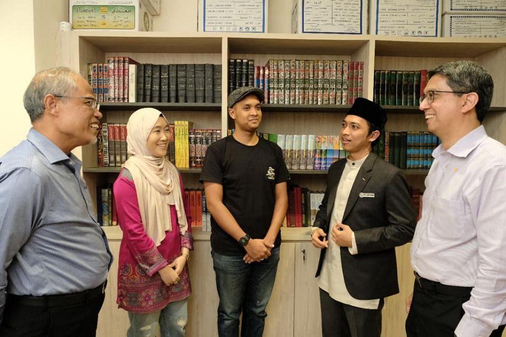 (paling kanan) Dr Faishal dan (paling kiri) Menteri bertanggungjawab Ehwal Masyarakat Islam merangkap Sekitaran dan Sumber Air, Encik Masagos Zulkifli Masagos Mohamad, semasa bertemu dengan sepasang suami isteri yang menjalani program 'Bersamamu', baru-baru ini.
