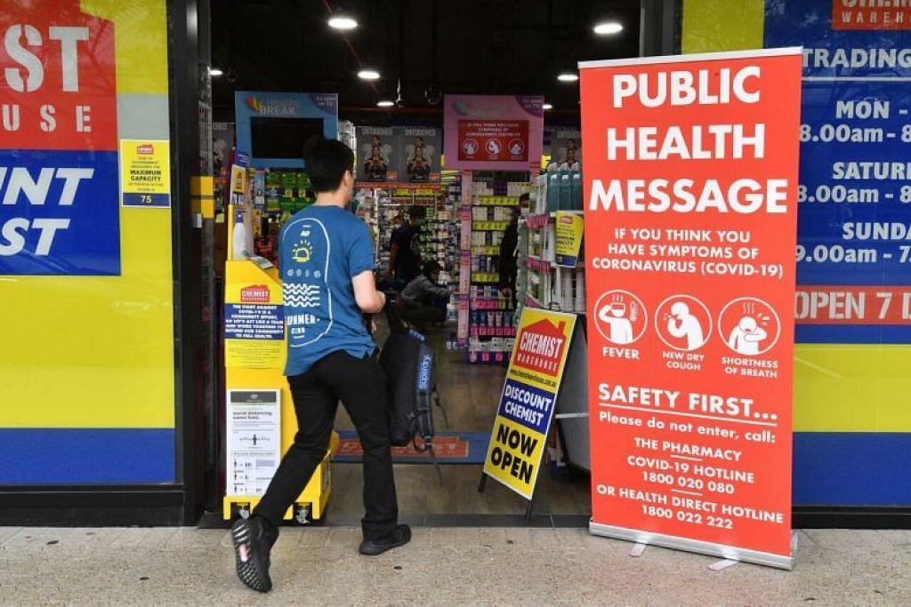 Seorang lelaki memasuki sebuah farmasi di Sydney pada 27 Mac.