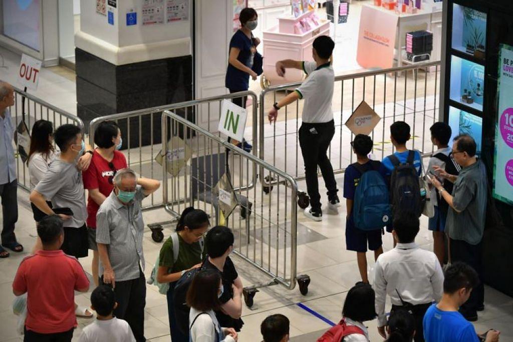 Orang ramai beratur untuk memasuki pusat beli-belah Compass One di Sengkang pada 27 Mac.
