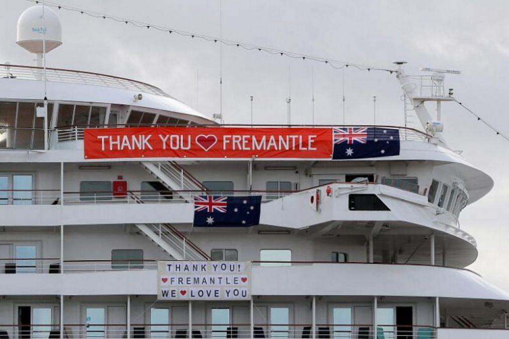 Kapal Artania telah berlabuh di bandar pelabuhan Fremantle pada hari Jumaat selepas larangan awal ditarik balik, berikutan kes jangkitan Covid-19 yang meningkat dalam kapal itu.