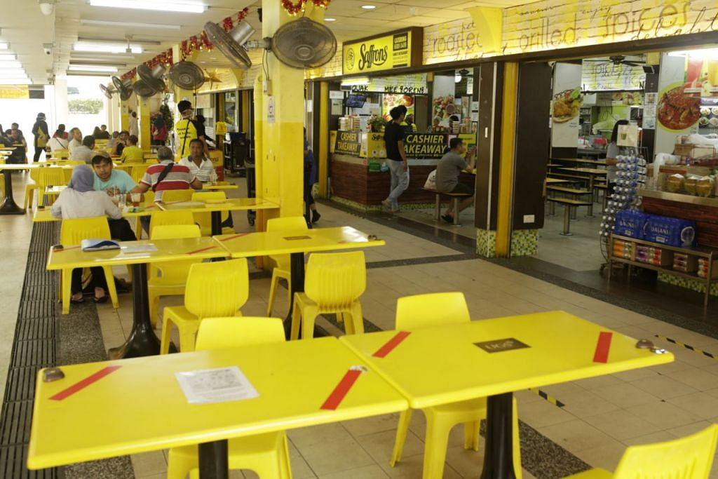 JARAK SELAMAT: Pelekat merah diletakkan di atas meja restoran Saffrons agar jumlah pelanggan bagi setiap meja dihadkan kepada dua orang berbanding empat sebelum ini. - Foto: AZMI ATHNI.
